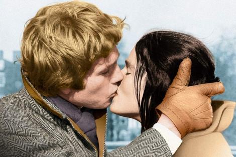 Ryan O'Neal y Ali MacGraw se besan en 'Love Story'.| Afp
