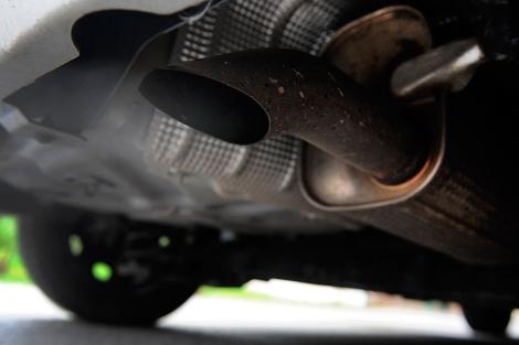 Detalle de un tubo de escape en un vehículo. | Afp