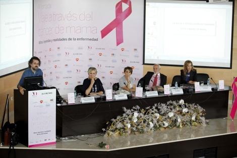 Varios de los ponentes y organizadores de la jornada sobre cáncer de mama.   Sergio Enríquez