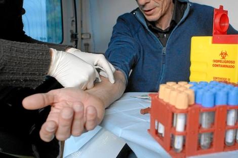 Un hombre se hace la prueba de la tuberculosis.| Bernardo Díaz