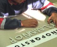 Un niño disléxico aprende el abecedario mediante letras de plastilina