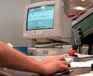 Imagen de un usuario frente al ordenador