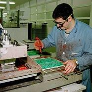 Foto de un chico trabajando en una fabrica