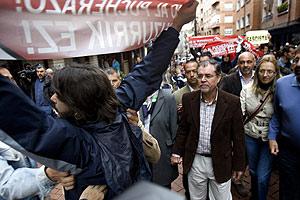 Bermejo es increpado en Sestao. (Foto: Iñaki Andrés)