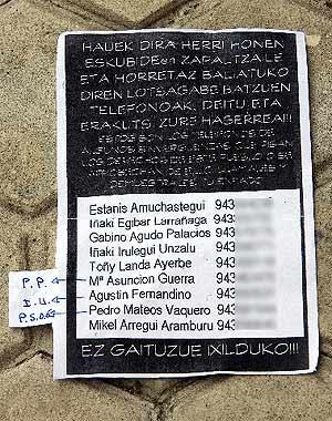 Imagen de los carteles con los teléfonos de los candidatos. (Foto: EFE)