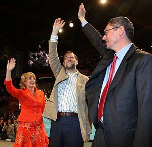 Rajoy, con Aguirre y Gallardón, en el cierre de campaña. (Foto: AFP)