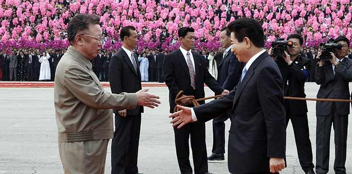 Los presidentes de Corea del Norte (izquierda) y Corea del Sur (derecha) se saludan ante miles de personas en Pyongyang