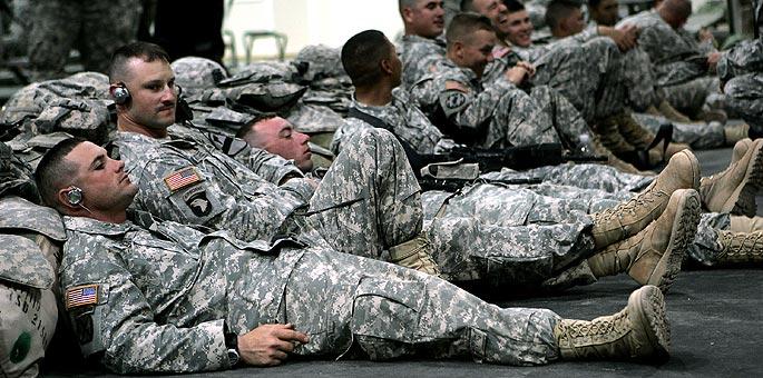 Soldados estadounidenses descansan en Irak antes de regresar a casa.