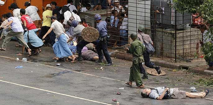 El fotógrafo japonés de AFP yace muerto en una calle de Rangún, abatido por los disparos del Ejército