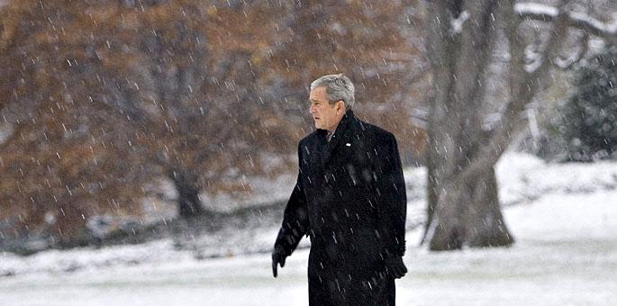 El presidente de EEUU, George W. Bush, pasea en un día de nieve.
