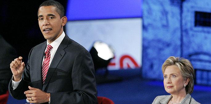Hillary Clinton observa a Barack Obama durante un debate. (Foto: REUTERS)