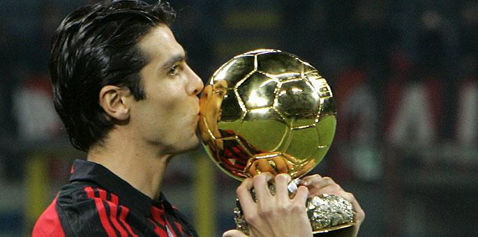 Kaká besa el 'Balón de oro'.