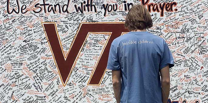 Un joven, frente a uno de los murales que se hicieron en memoria de las víctimas.