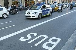 Imagen del carril Bus en una calle de Barcelona. (Foto: Antonio Moreno)