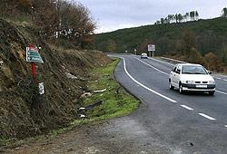Fomento y la DGT están trabajando para señalizar lugares como este -en la carretera OU-540, cerca de la localidad orensana de Cartelle- donde se han producido accidentes con víctimas mortales. (Foto: Efe)