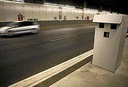 Imagen de uno de los radares fijos instalados en los túneles de la M-30. (Foto: Antonio M. Xoubanova)