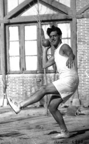 Luis Buñuel practicando lanzamiento de peso en la Residencia de Estudiantes, 1919. | Archivo Residencia de Estudiantes.