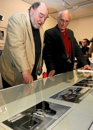Juan Luis Buñuel junto a Saura, en un homenaje al padre del primero en la Seminci de 2008. | Manuel Brágimo