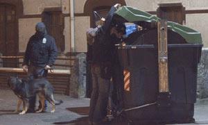 24.09.2007. Efectivos de la Ertzaintza trabajan junto a la comisaría de la Policía autonómica vasca en Zarautz