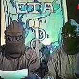 La BBC británica difunde las imágenes de dos encapuchados que, en nombre de ETA, leen la declaración de tregua. (Foto: BBC)
