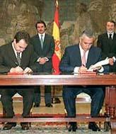Javier Arenas y José Luis R. Zapatero firman el pacto. (Foto: Carlos Miralles)