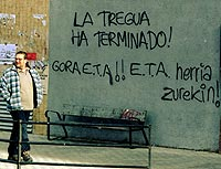 29.11.1999. «Viva ETA. La tregua ha terminado. ETA, el pueblo contigo»,  en castellano y euskara, en una calle donostiarra. (Foto: REUTERS)