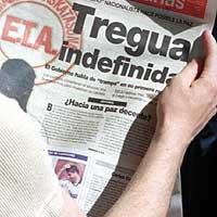 17.09.1998. La prensa española recoge el anuncio de la tregua. (REUTERS)