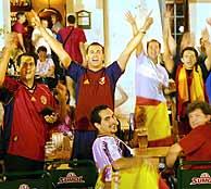 Un grupo de aficionados españoles, en un bar de Faro./AFP