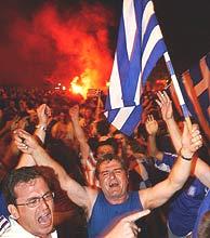 Aficionados helenos celebran el triunfo de su equipo./EFE