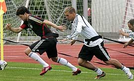 Michael Ballack y Lukas Podolski, en un entrenamiento al sur de Suiza. (Foto: AP)