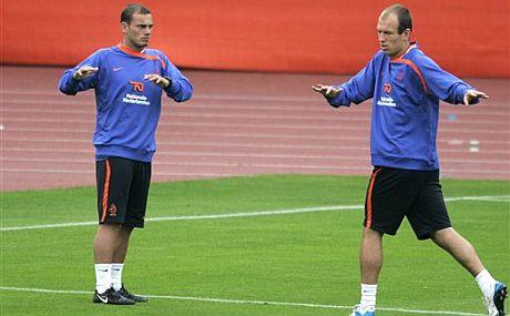 Robben (d), junto a su compañero Sneijder. (Foto: AP)