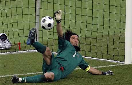 Buffon paró un penalti milagroso a Mutu. (AP)