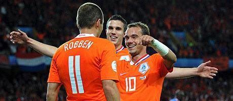 Sneijder abraza a Sneider tras el gol a Francia. (Foto: EFE)