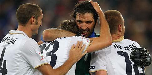 Abrazo entre Chiellini, Ambrosini, Buffon y De Rossi. (Foto: AFP)