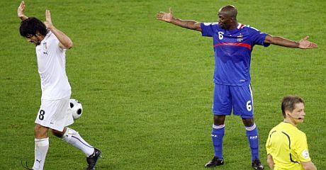 Makelele protesta una acción en su último partido. (Foto: AFP)