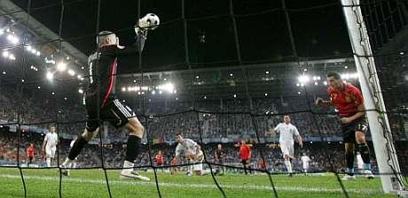 Güiza marco así su primer gol con España, el de la victoria. (EFE)