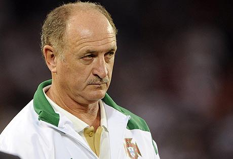 Luiz Felipe Scolari observa el partido. (Foto: AFP)
