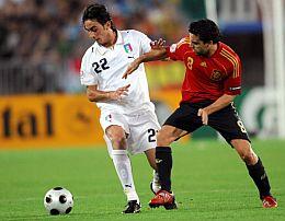 Aquilani y Xavi. (Foto: AFP)