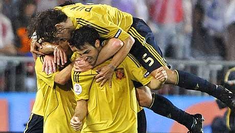 España celebra el gol de Silva. (AFP)