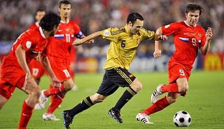 Andrés Iniesta conduce el balón durante el choque. (Foto: AFP)