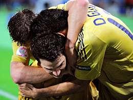 Cesc, abrazado por sus compañeros. (AFP)