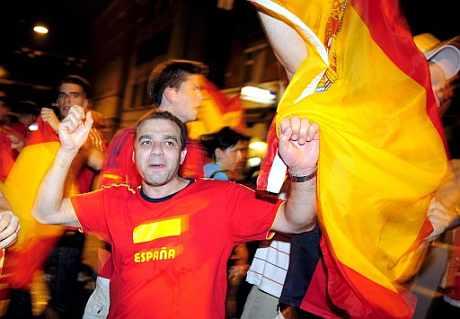 Los aficinados españoles celebra el triunfo de España ante Rusia. (EFE)