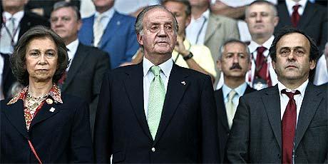 Los Reyes y Platini, durante el partido ante Rusia. (Foto: AFP)