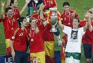 España celebra con la Copa. (AP)