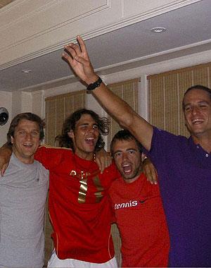 Nadal celebra el triunfo junta a Feliciano y varios amigos. (EFE)