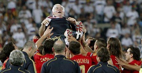 Luis Aragonés, manteado por los jugadores. (Foto: EFE)