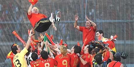 Luis Aragonés, en volandas en Colón. (Foto: AFP)