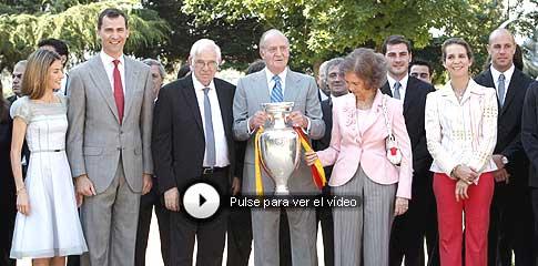 Los Reyes posan junto a la selección española. (Foto: EFE)
