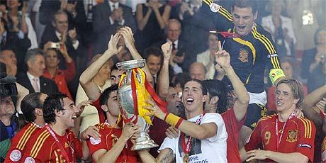 Los jugadores españoles, con la copa. (Foto: AFP)