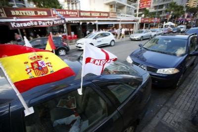 Un coche con la bandera de España e Inglaterra en Benidorm.
